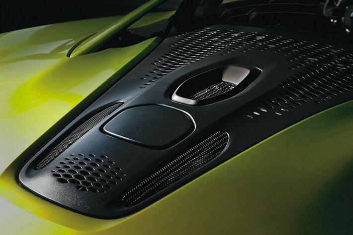 マクラーレンの他モデルと同じように、V6ツインターボエンジンは外からはほとんど見えない。<br />モーターはトランスミッション内に配置される。