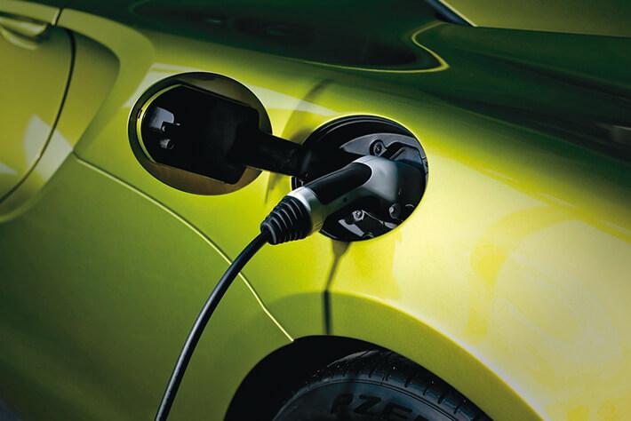 充電口は左リヤフェンダーにある。2.5時間で総電力の約80%まで充電可能だ。