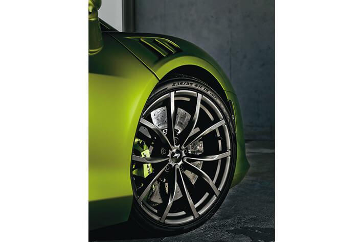 ピレリと共同開発したCyber  Tyreはフロント19インチ、リヤ20インチ。<br />ブレーキはカーボンセラミックのローターを備える。