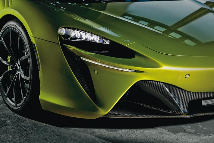 横一線のデイタイムランニングライトとLEDヘッドライトを装備。<br />フロントスポイラーはカーボン製となる。