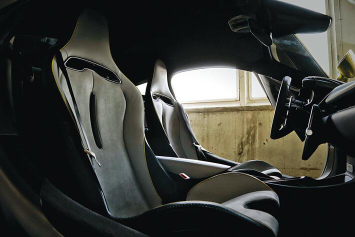 ホールド性に優れる新デザインのクラブスポーツシートが装備される。<br />オプションでコンフォートシートも選択できる。